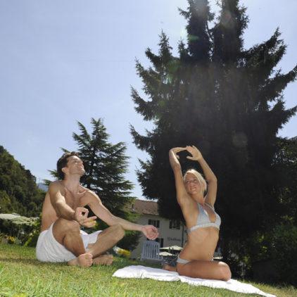 Yoga nel giardino dell'hotel Garden